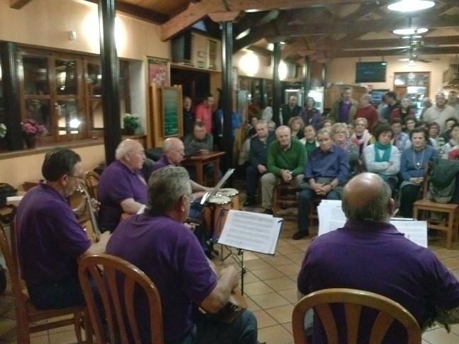 asistentes al magosto y actuación de la rondalla Armonía - Se abre en ventana nueva