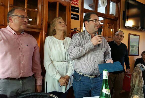 Luis recoge placa de su madre Purificación Rguez García - Se abre en ventana nueva