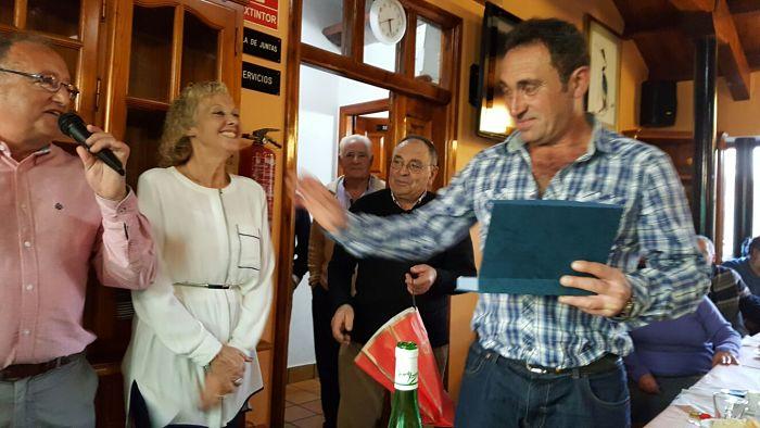 Javier recoge placa de su madre Jesusa García Pérez - Se abre en ventana nueva