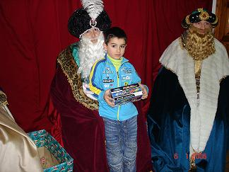 S.M. el REY MELCHOR  dando regalo a un niño - Se abre en ventana nueva