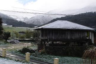 Anleo nevado y las montañas de Panondres cubiertas de nieve.