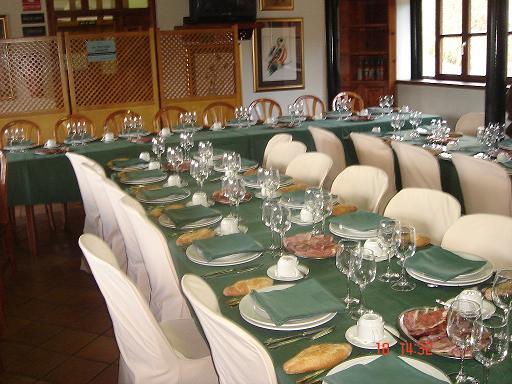 Las mesas puestas esperando la llegada de los invitados al Día de la Tercera Edad-2007 - Se abre en ventana nueva
