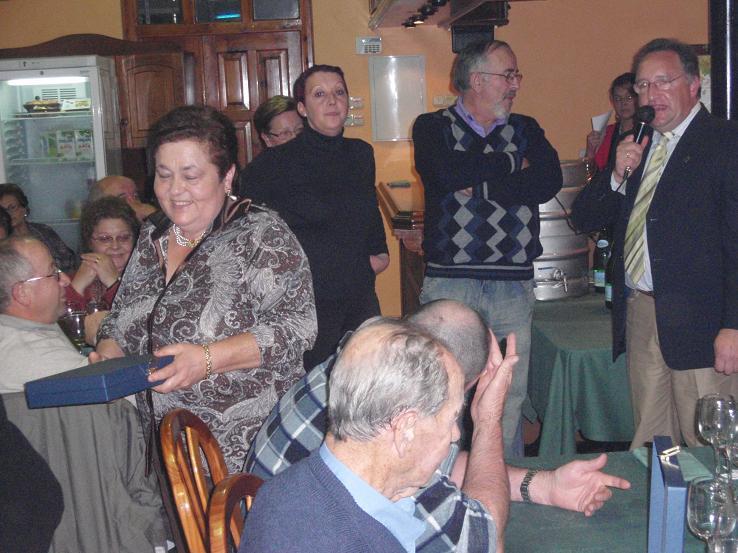 Martina recibe la placa homenaje VECINA DE MAS EDAD de su madre María Acero