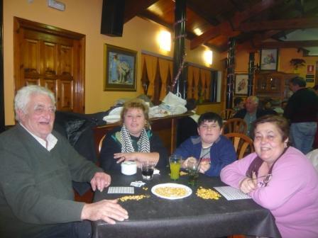 Nenin,Rosa,Fran y Martina, con el maíz encima de la mesa para hacer unos bingos. - Se abre en ventana nueva
