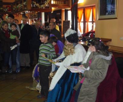 recogiendo los regalos a los Reyes Melchor y Gaspar - Se abre en ventana nueva