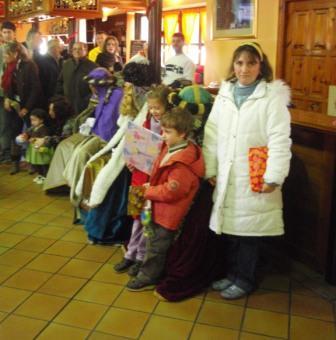 reciben los regalos: Charo, Lucía y Pelayo - Se abre en ventana nueva