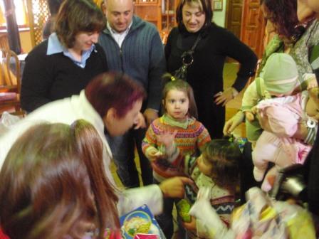 niños de casa cabanin, enseñando sus juguetes - Se abre en ventana nueva