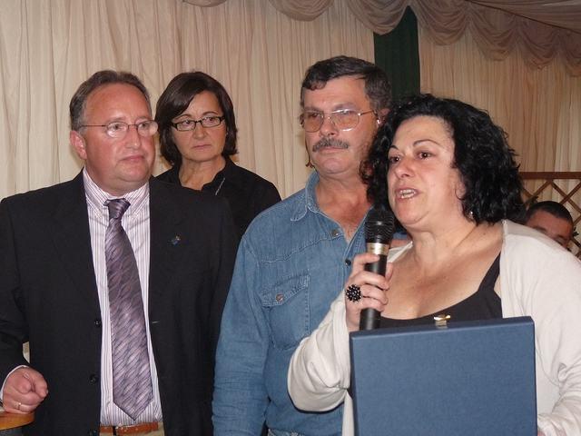 Recoge placa de Francisco Pérez López de Cacabellos, sus hijos - Se abre en ventana nueva