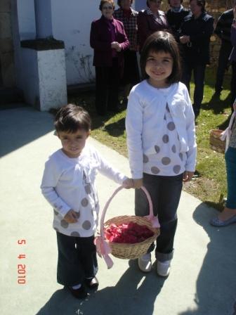 niñas con cestos llenos de pétalos para tirar al paso de la Virgen (2010) - Se abre en ventana nueva