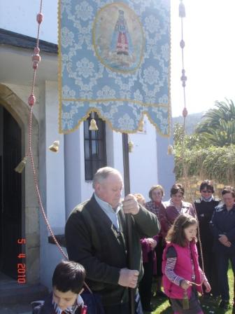 elPendón con sus portadores ya está dispuesto para la procesión (2010) - Se abre en ventana nueva