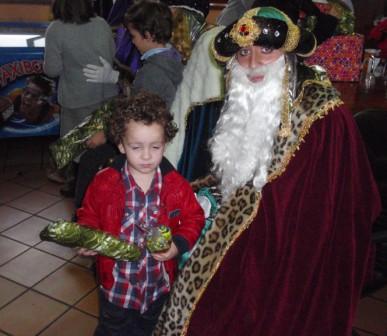 SS MM recibiendo a los niños, para despedirse de ellos y darles un obsequio y caramelos. - Se abre en ventana nueva